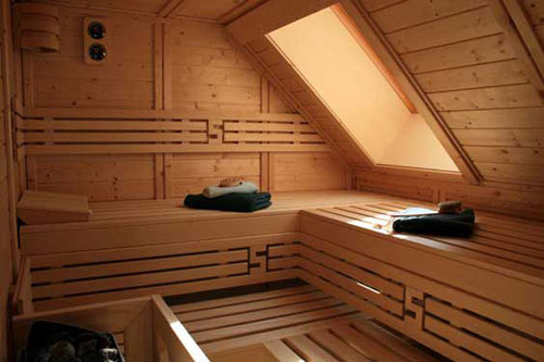 sauna mit dachschr ge. Black Bedroom Furniture Sets. Home Design Ideas