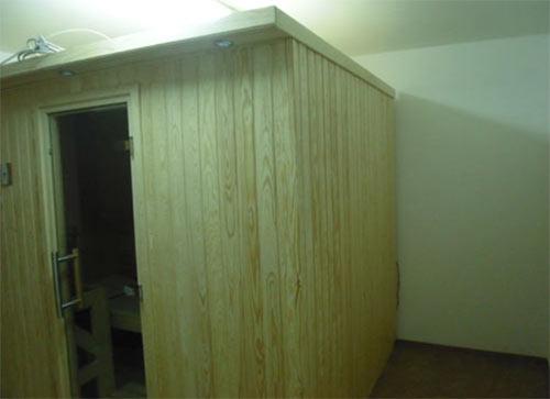 Sauna mit Kiefer verkleidet