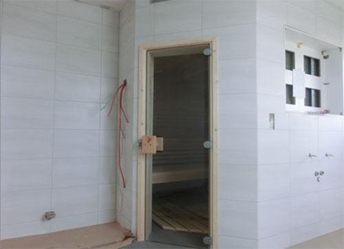 Sauna mit vorgezogener Tür