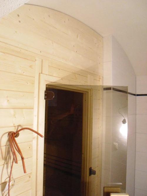 Sauna mit wandhoher Verkleidung